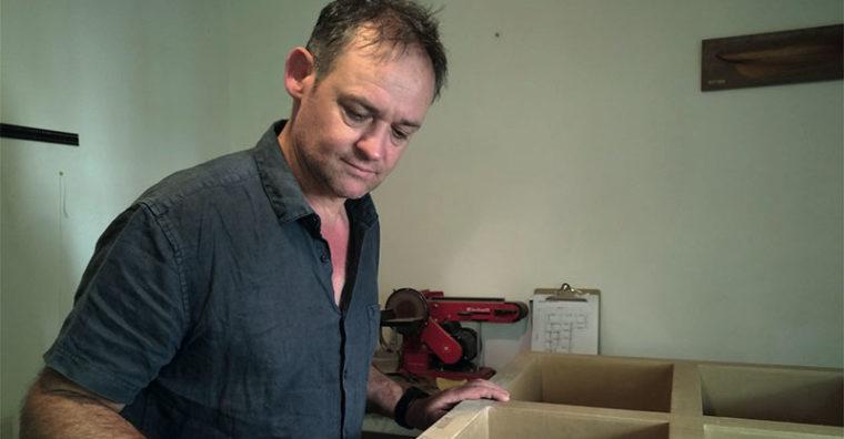 Illustration de l'article Cet artisan rennais fabrique du mobilier en carton
