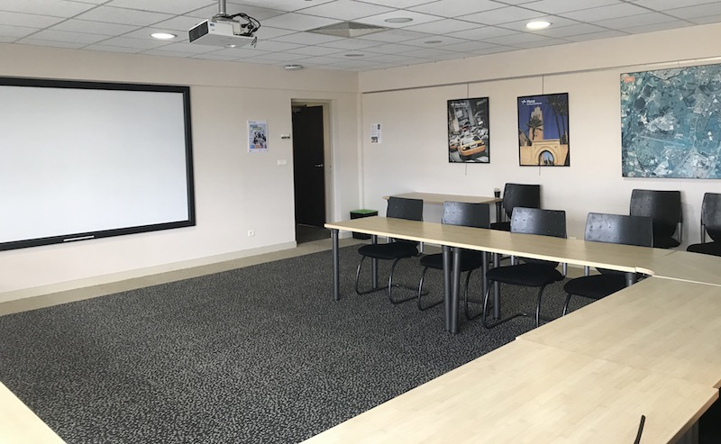 4 salles et des bureaux sont disponibles.