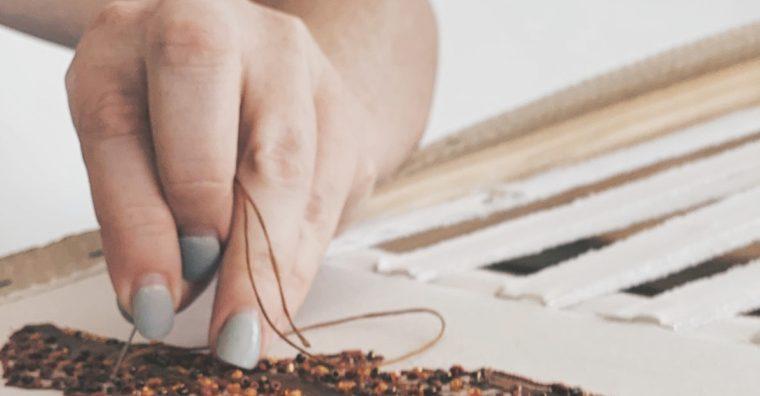 Illustration de l'article Marine Bourgault, brodeuse d'art et designer textile, parfait sa stratégie digitale