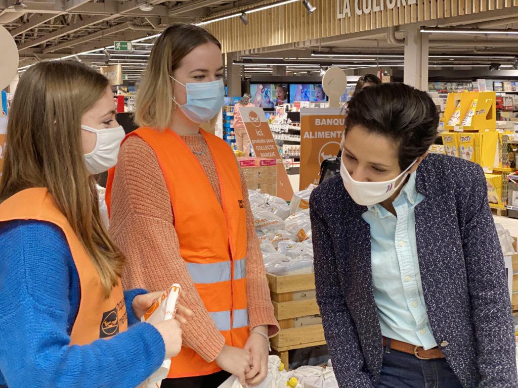 Sarah El Haïry, Secrétaire d'État chargée de la Jeunesse et de l'Engagement en visite au centre commercial des Longs Champs, échange avec Gilles Le Pottier président de la Banque Alimentaire de Rennes