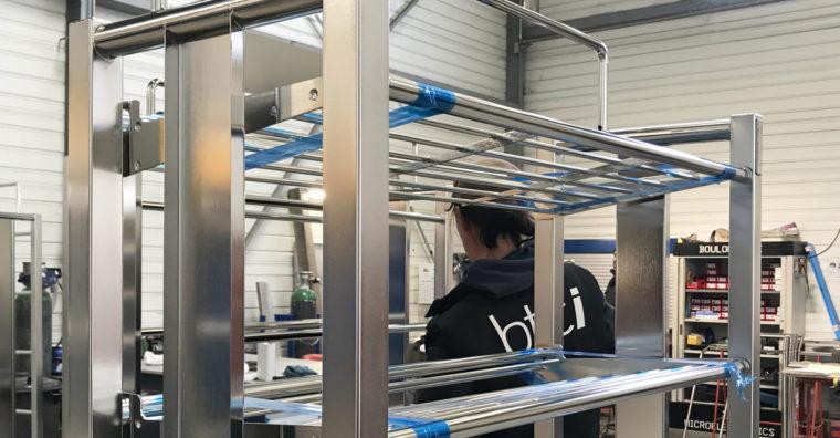 L'atelier à Goven réalise toutes les phases complexes de la fabrication jusqu'à la finition, ici du mobilier pour salle blanche.
